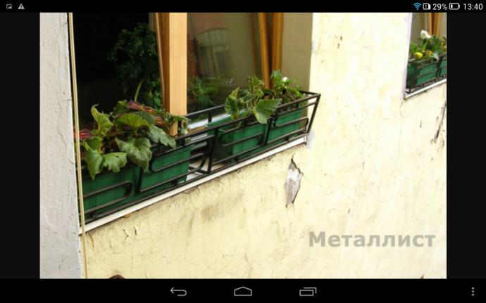 Установка на балкон цветочных горшков.
